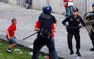 Portugal: Policeman charged for assaulting a fan